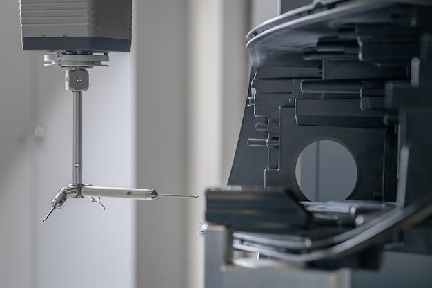 Medición precisa en 3d de piezas de fundición de plástico en una máquina moderna para la industria automotriz, controlada por computadora, industria de programas 4.0