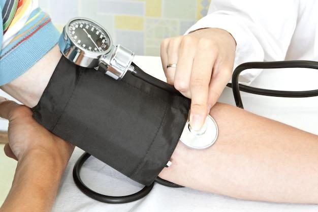 Medición de la presión arterial en una clínica.