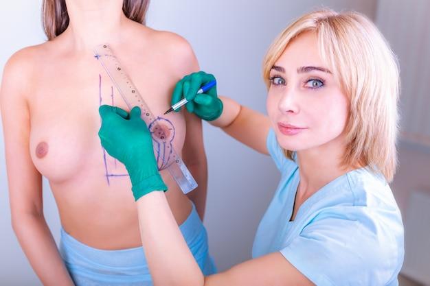 Medición del tamaño del seno para la selección del implante.