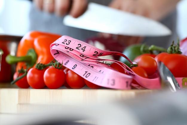 Medición del tamaño de los tomates cherry pequeños orgánicos