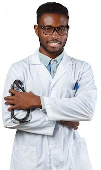 Médico africano hombre aislado sobre fondo blanco.