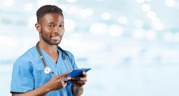 Médico afroamericano con un estetoscopio de pie