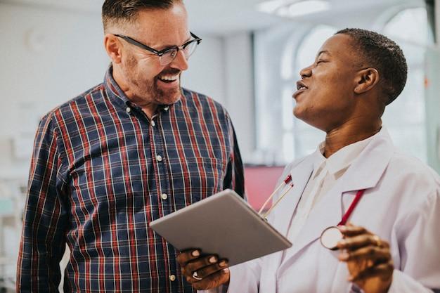 Médico alegre dando buenas noticias al paciente