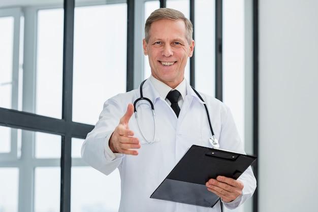 Médico de ángulo bajo con portapapeles