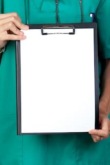 Médico anónimo con portapapeles y papel en blanco aislado en blanco