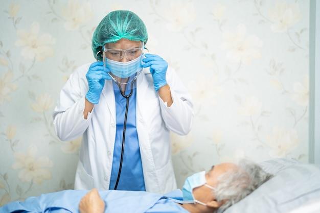 Médico asiático con protector facial y traje ppe para proteger el coronavirus covid-19.