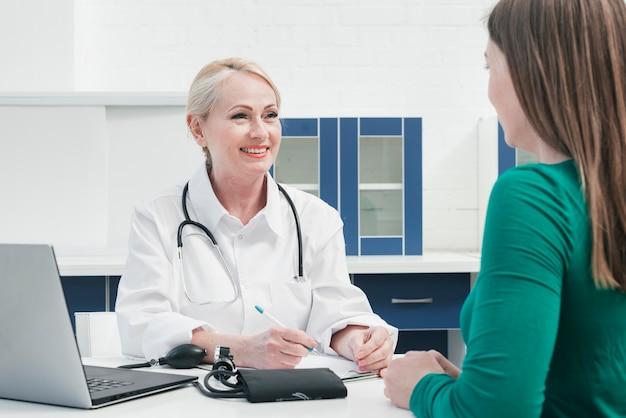 Médico atendiendo a una paciente