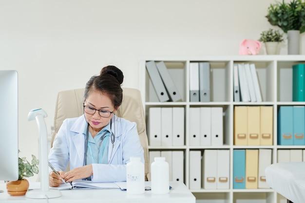 Médico de cabecera rellenando documentos