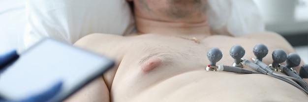 Médico cardiólogo haciendo ecg