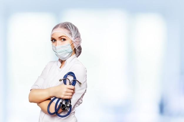 Médico cirujano médico mujer sobre clínica azul