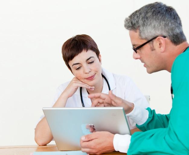 Médico y cirujano en una reunión.