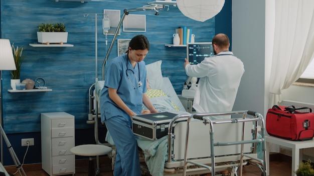 Médico y enfermera corriendo para ayudar a la hiperventilación del paciente