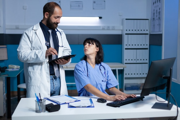Médico y enfermera haciendo trabajo en equipo para chequeo médico.