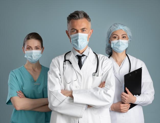 Médico y enfermeras en equipos especiales.