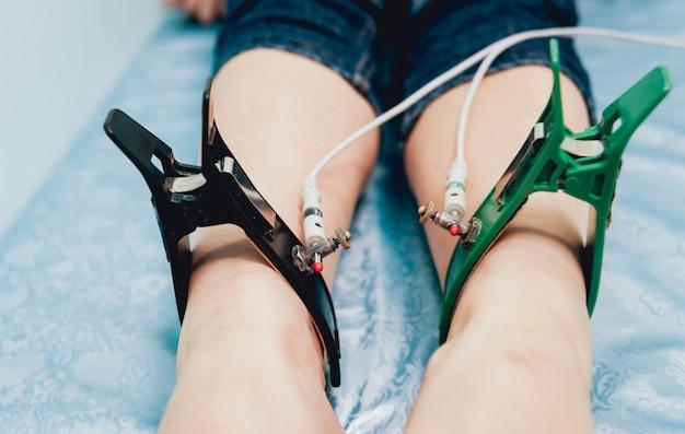 Médico con equipo de electrocardiograma haciendo prueba de cardiograma
