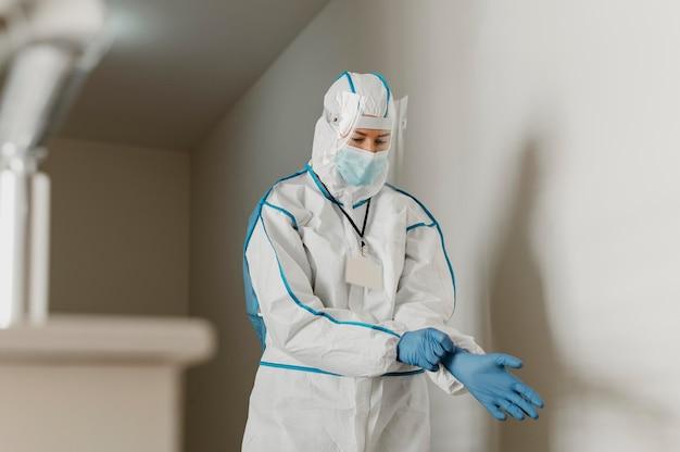 Médico con un equipo de prevención de virus.
