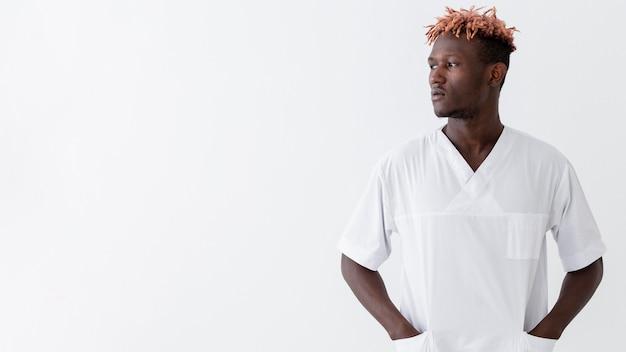 Médico especialista masculino mirando a otro lado copia espacio