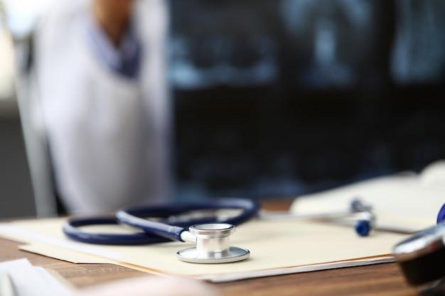 Médico estetoscopio cabeza acostada en el documento en papel sobre la mesa
