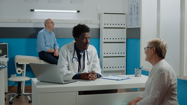 Médico de etnia afroamericana haciendo examen