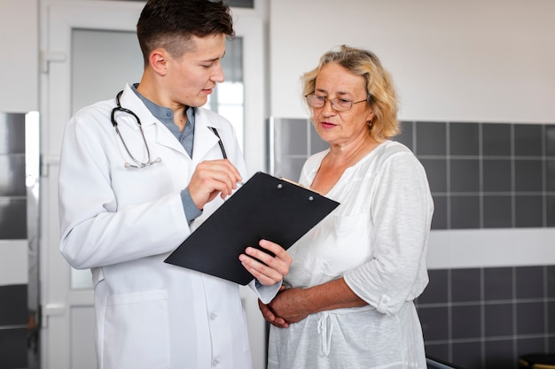 Médico explicando resultados a paciente femenino