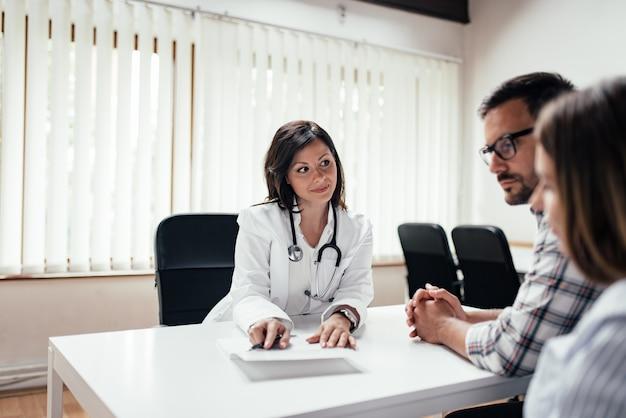 Médico explicando los resultados a una pareja.