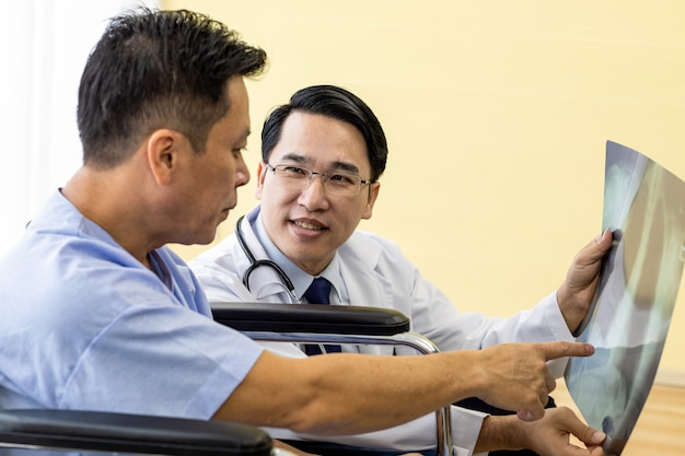 Médico explicando los resultados de la radiografía.