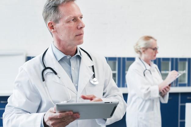 Médico de familia en la consulta