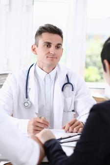 Médico de familia masculino escuchar atentamente joven