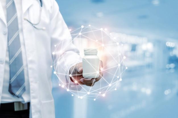 Médico farmacéutico con estetoscopio mano sujetando la botella de medicina blanca