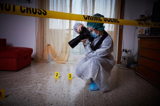 Médico forense trabajando en una escena del crimen.