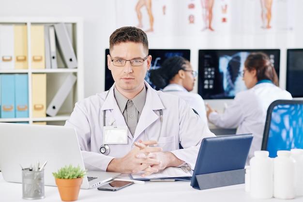 Médico general joven confiado