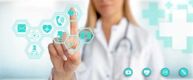 Médico con gráfico de atención médica