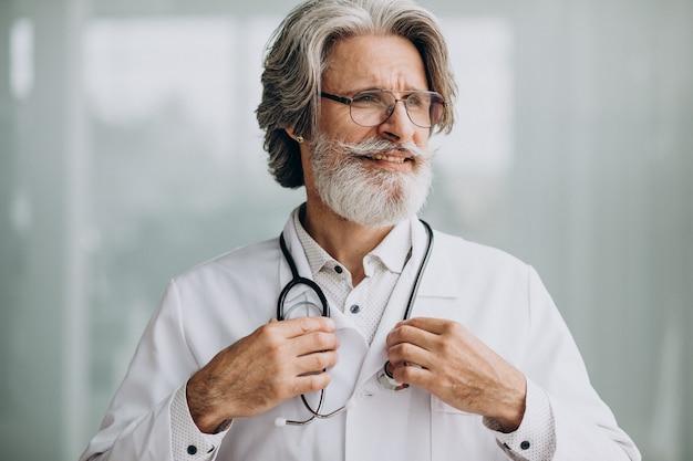 Médico guapo de mediana edad en un hospital