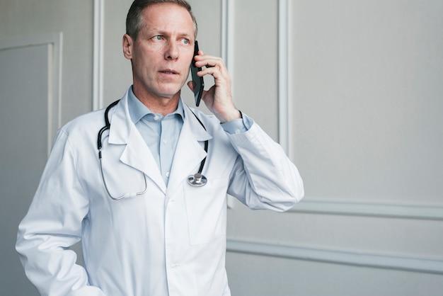 Médico haciendo una llamada telefónica