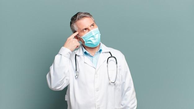 Médico hombre de mediana edad con una máscara protectora