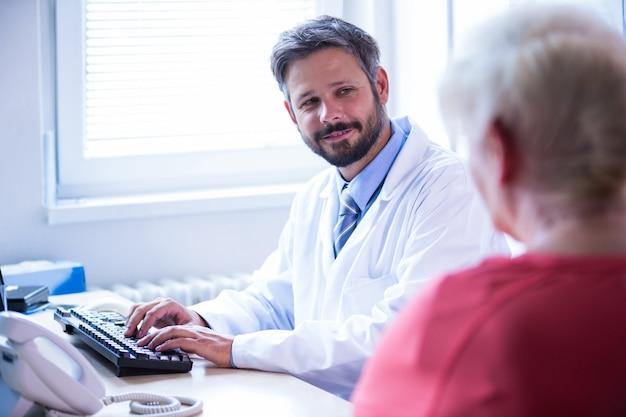 Médico interactuar con el paciente en el consultorio médico en el hospital