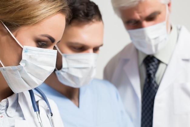 Médico joven estetoscopio cirujano parte masculina