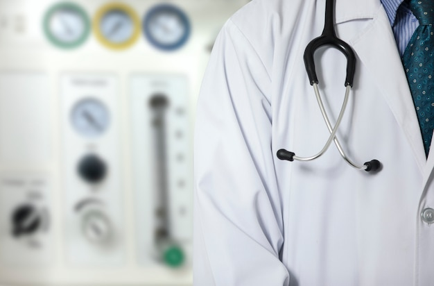 Un médico y la máquina de anestesia.