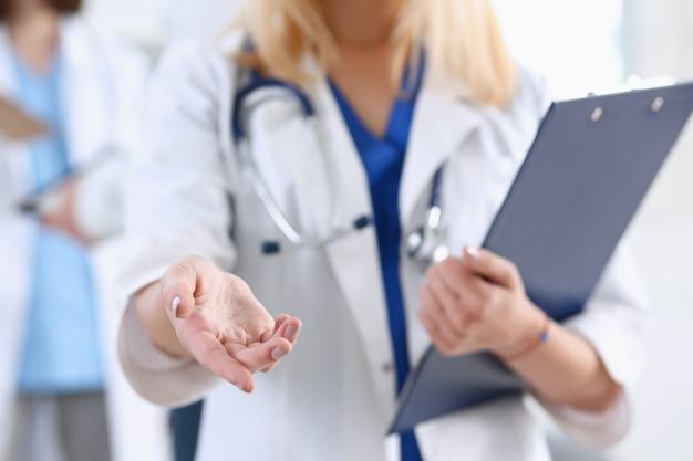 Médico de medicina femenina mantenga pulsado y