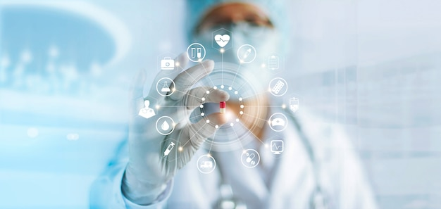 Médico de medicina sosteniendo una cápsula de color en la mano con conexión de red médica de icono, concepto de red de tecnología médica