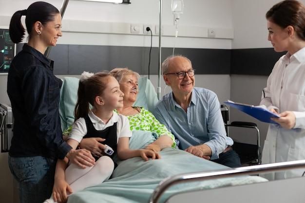Médico médico discutiendo los síntomas de la enfermedad con ancianos jubilados senior