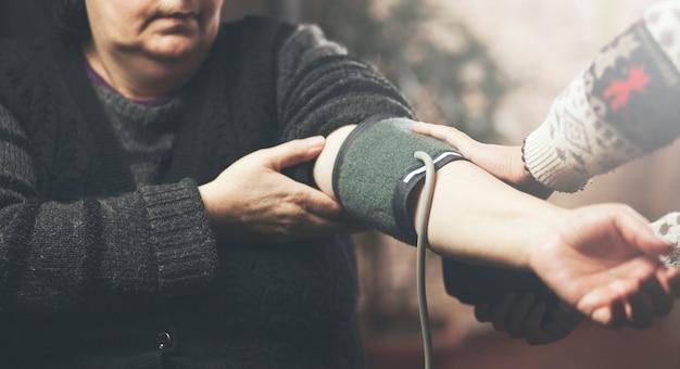 Médico medir la presión sanguínea de un paciente