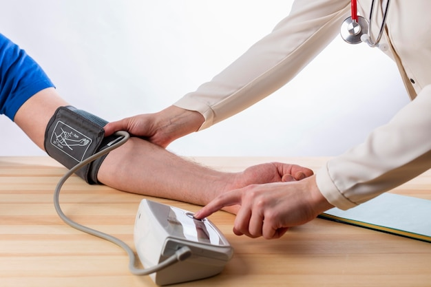 Médico medir la presión sanguínea