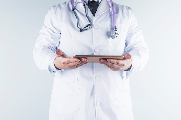 Un médico mira el informe de un paciente.