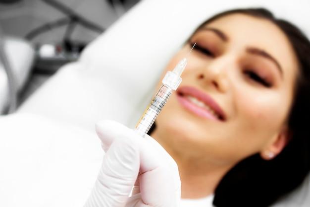 El médico le muestra al paciente un medicamento. el paciente esta sonriendo.
