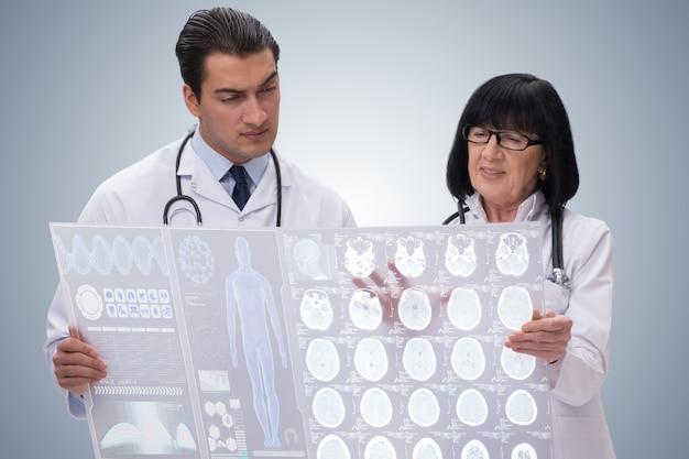 Médico de mujer y hombre mirando la imagen de resonancia magnética