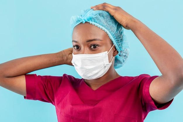 Médico mujer con máscara de cirujano