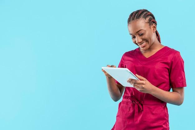 Médico de mujer usando una tableta digital