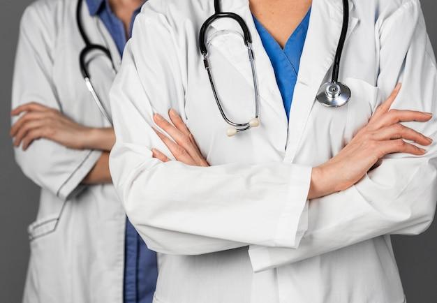 Médico de mujeres en el hospital con estetoscopio