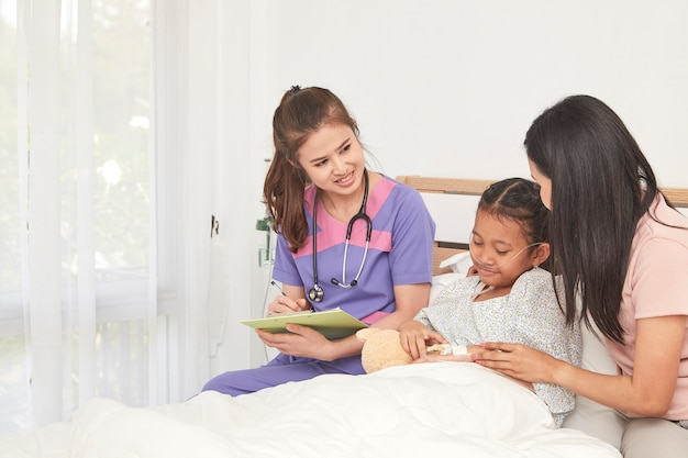 Médico y niño con la madre en el hospital